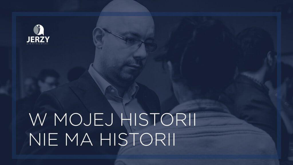 """Fotografia """"W mojej historii nie ma historii"""" Jerzy na scenie"""